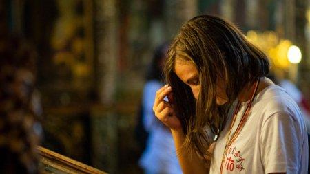 Ce simbolizeaza semnul crucii si de ce ne inchinam cu mana dreaptasi nu cu cea stanga