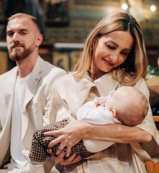 <span style='background:#EDF514'>FLAVIA</span> Mihasan si-a botezat cel de-al doilea baietel. De ce nu a fost bagat in cristelnita