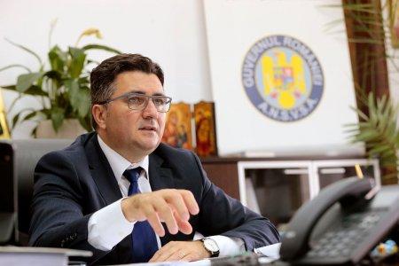 Pe dumneavoastra cine v-a platit?. Reactia secretarului de stat Robert Chioveanu, intrebat cum a ajuns sotia angajata la o institutie din subordinea sa