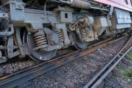 Accident feroviar grav. Un tren a lovit un excavator. Șoferul utilajului a murit