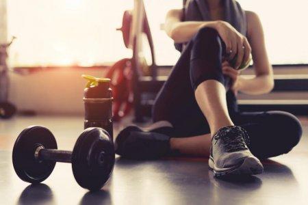 Niki Zoumpouli e mama care isi foloseste <span style='background:#EDF514'>BEBE</span>lusul pe post de greutate ca sa faca exercitii fizice si sa se mentina in forma