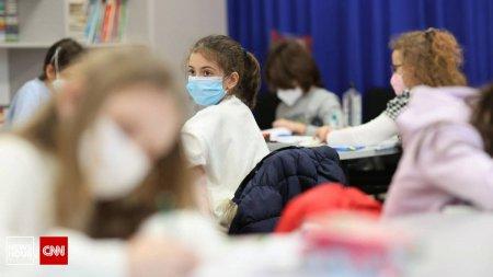 Elevii, obositi emotional de regulile sanitare: Nu-mi p<span style='background:#EDF514'>LACE</span> ca sunt obligat sa port masca