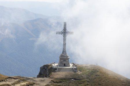 FOTO Crucea de pe <span style='background:#EDF514'>CARAIMAN</span> a fost reabilitata. Nu a fost o misiune usoara