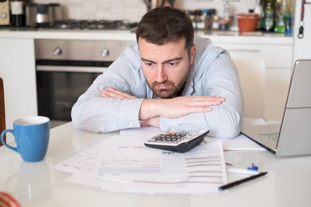 Au atras clientii cu contracte la pret fix timp de un an pentru curent si gaze, apoi au dublat pretul. Explicatiile Restart Energy