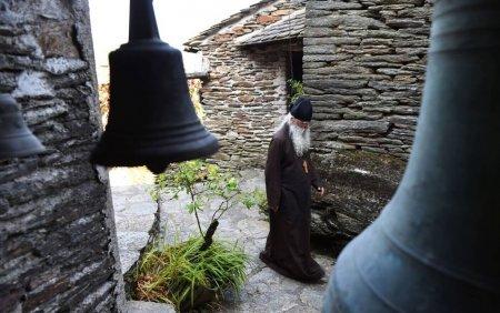 Focar urias pe Muntele Athos. Peste 1.000 de <span style='background:#EDF514'>CALUGA</span>ri din manastiri s-au infectat cu Covid-19