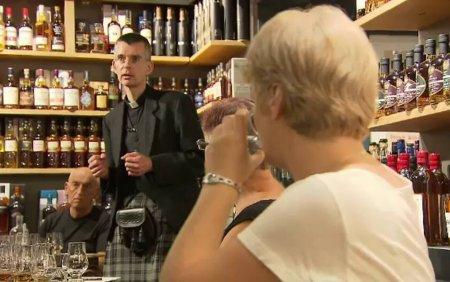 Un <span style='background:#EDF514'>PREOT</span> catolic isi castiga enoriasi cu o degustare de whiskey