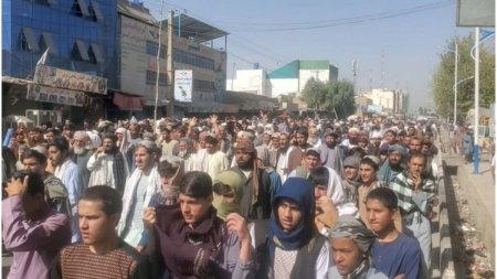 Talibanii au evacuat 3.000 de familii pentru a le da casele acestora <span style='background:#EDF514'>LUPTATOR</span>ilor lor. Mii de oameni au iesit in strada