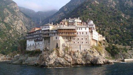 Peste 1.000 de <span style='background:#EDF514'>CALUGA</span>ri de pe Muntele Athos, bolnavi de COVID
