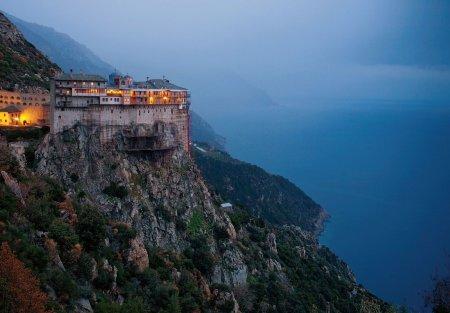 Mai mult de o mie de <span style='background:#EDF514'>CALUGA</span>ri de pe Muntele Athos, infectati cu SARS-CoV-2