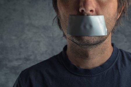 Viata scriitorilor si artistilor, un cosmar. Cenzura revine, activistii woke ard carti iar <span style='background:#EDF514'>ELITE</span>le inghit pe nemestecate programul