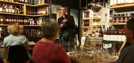 Un preot catolic din Germania isi atrage enoriasii cu o degustare de whisky: O cale diferita, dar placuta