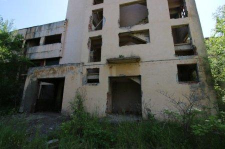 FOTO Fostul Combinat Chimic Fagaras a fost demolat prin explozie controlata. Alte 10 cladiri urmeaza sa fie desfiintate in viitorul apropiat