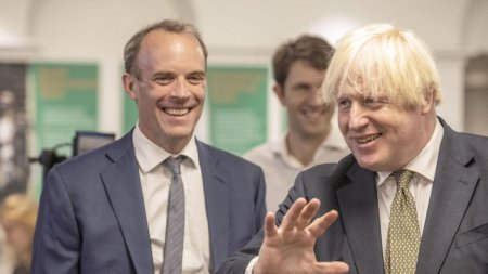 Remaniere la Londra. Ce s-a intamplat cu ministrul de externe, surprins la plaja in Grecia in timp ce talibanii intrau in Kabul