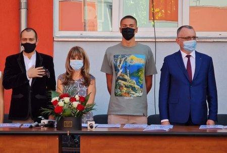 Ministrul Campeanu si primarul Baluta au inaugurat festiv la inceputul anului scolar o gradinita nefunctionala. S-a inaugurat receptia cladirii
