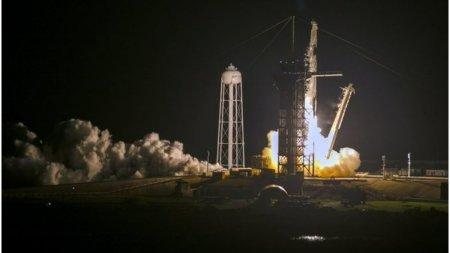 SpaceX a lansat cu succes primul zbor turistic in spatiu