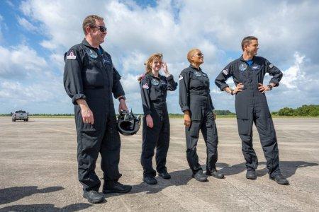 Patru astronauti amatori au pornit intr-o calatorie de trei zile in care vor orbita in jurul Pamantului