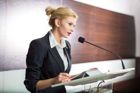 Vorbitul in public. 15 tehnici pentru un <span style='background:#EDF514'>DISCURS</span> sau o prezentare de succes