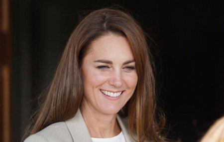 <span style='background:#EDF514'>KATE</span> Middleton, eleganta si zambitoare dupa doua luni de absenta. Cum a aratat Ducesa in prima ei aparitie de dupa vacanta de vara