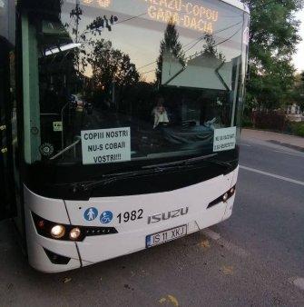 Un sofer de autobuz din Iasi a afisat mesaje antivacciniste pe parbriz. Reactia Companiei de Transport Public