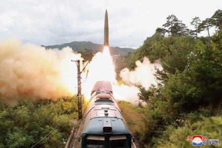 Coreea de Nord a testat noul sistem de rachete montat pe tren care loveste fortele amenintatoare