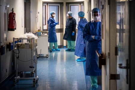 Contractele a mii de persoane din domeniul medical au fost suspendate. Vaccinarea obligatorie pentru medici a intrat in vigoare in Franta