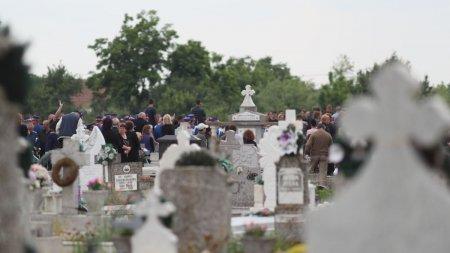 Tragedie intr-un cimitir din Hunedoara. Un muncitor a murit, dupa ce utilajul pe care lucra s-a <span style='background:#EDF514'>RASTURNAT</span> peste el