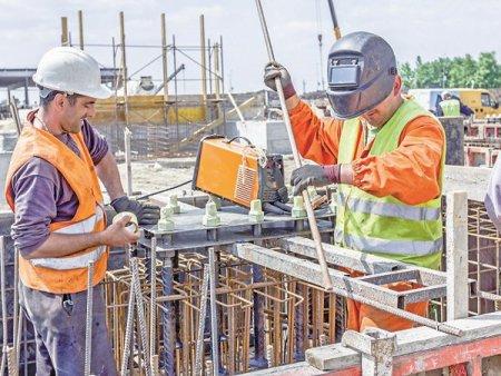 Dupa ce au sustinut economia in 2020, constructiile trec in iulie pentru a doua oara pe minus in 2021. Volumul de constructii a scazut cu 2,4% in iulie 2021, prin comparatie cu iulie 2020, tras in jos de minusul la infrastructura si cladiri nerezidentiale