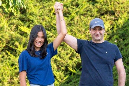 Imagine rara: Emma Raducanu, in bratele tatalui roman, dupa victoria istorica de la US Open