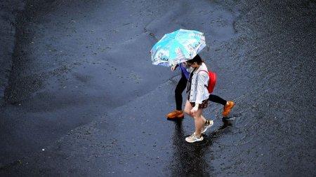 Vremea se schimba <span style='background:#EDF514'>RADI</span>cal in orele urmatoare! Avertizare meteo de ploi si vijelii pentru cea mai mare parte a tarii