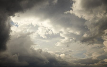 Ploi, descarcari electrice si intensificari ale vantului, pana sambata dimineata. Zonele vizate