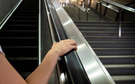 Tot mai multi lon<span style='background:#EDF514'>DONEZ</span>i cad pe scarile rulante din metrou, pentru ca nu se tin de teama sa nu se infecteze