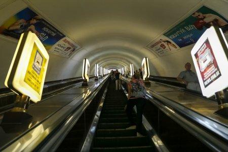 Londonezii cad pe scarile rulante de la metrou. Nu se tin, de teama sa nu se infecteze