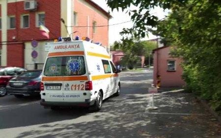 Angajatii de la <span style='background:#EDF514'>AMBULANTA</span> Timis, obligati sa se vaccineze. Ce a patit o femeie de serviciu care a refuzat