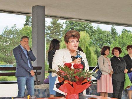 ZF Live. Zorina Tudor, director, Liceul Tehnologic de Constructii Masini Mioveni: Dintr-o clasa de <span style='background:#EDF514'>INVATAMANT</span> dual cu 28 de elevi finantata de Automobile Dacia, doar patru absolventi s-au angajat in companie. Am inteles ca au salariul minim pe economie. Ei lucreaza si in trei schimburi si nu stiu daca se mai poate trai in Romania cu 1.500 de lei