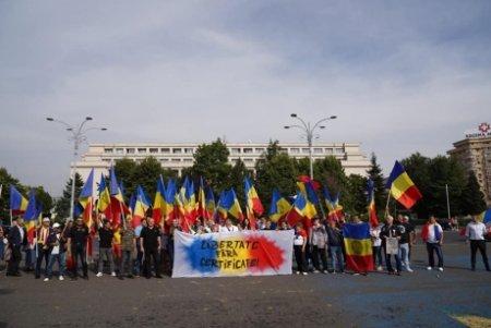 VIDEO PROTEST cu sute de oameni, intre care si politicieni, in Piata Victoriei: 'Citule, nu uita, puscaria-i casa ta'