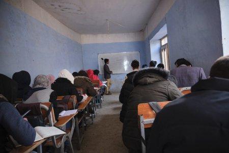 Colegiile si liceele din Afganistan s-au deschis doar pentru baieti