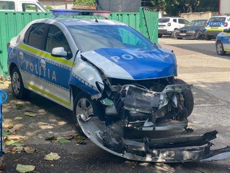 FOTO O autoutilitara a Politiei a fost implicata intr-un accident. <span style='background:#EDF514'>SOFERUL</span> masinii a fost sanctionat