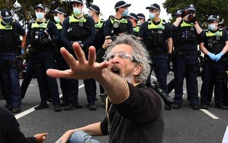 Arestari la Sydney si <span style='background:#EDF514'>MELBOURNE</span>, dupa manifestatii impotriva restrictiilor. Cinci politisti au fost calcati in picioare