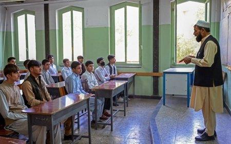 Colegiile si liceele s-au redeschis in Afganistan, insa numai pentru baieti. <span style='background:#EDF514'>GALERIE FOTO</span>