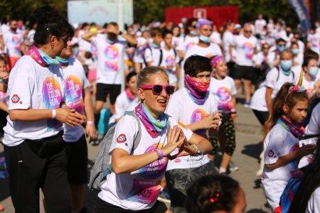 Masca de protectie, optionala la evenimentul Color Run, cu aproape 6.000 de participanti
