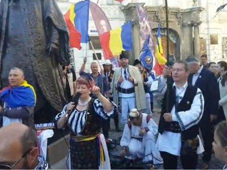 VIDEO Statuia lui Brukenthal, motiv de scandal la Sibiu. Protestatarii cer retragerea monumentului