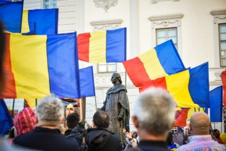VIDEO | Protest in centrul Sibiului - Sute de persoane, nemultumite de statuia dezvelita de Iohannis. Funar si Veta <span style='background:#EDF514'>BIRIS</span>, printre participanti