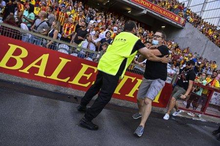 Bataie generala la meciul campioanei din Ligue 1! Fanii au facut prapad » Politia, pe gazon