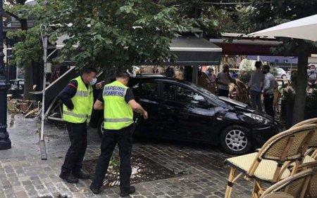 Sase persoane au fost ranite dupa ce o masina a intrat intr-o terasa aglomerata, in Franta