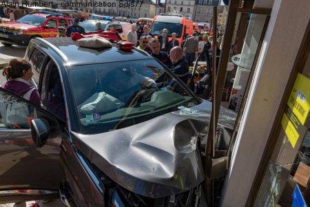 Persoane ranite in Franta. O masina a intrat intr-o terasa aglomerata