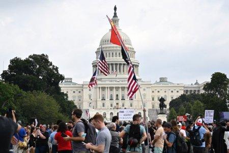 Sute de persoane participa la mitingul organizat in <span style='background:#EDF514'>ZONA</span> Capitoliului,in centrul orasului Washington