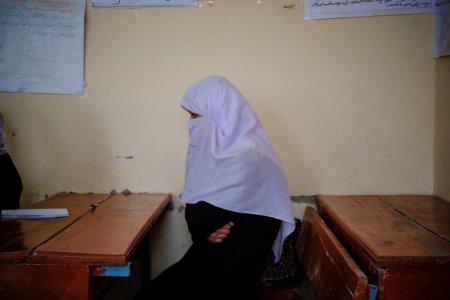 Talibanii ignora dreptul la educatie al femeilor afgane. Scolile din <span style='background:#EDF514'>INVATAMANT</span>ul secundar se redeschid doar pentru barbati