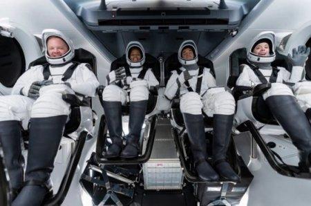 Capsula SpaceX readus pe Pamant primul echipaj de astronauti civili