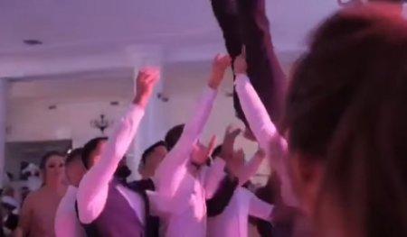 VIDEO socant - Un mire a ajuns de la nunta direct la spital, cu coloana fracturata: Nuntasii l-au luat pe sus si l-au scapat