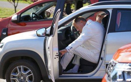 Cat timp i-a luat presedintelui Klaus Iohannis sa intre intr-o Dacia Spring Electrica